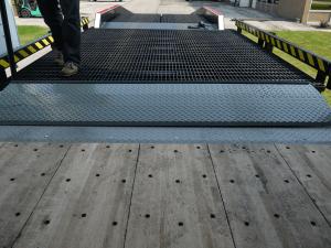 Widths of YARD-RAMP-SITE edge of dock leveler